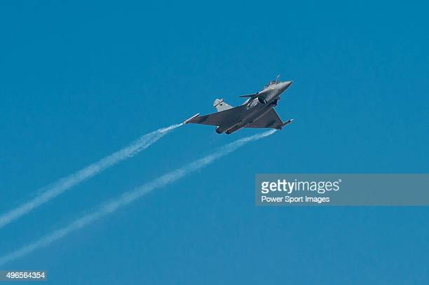 Rafale fighter jet manufactured by Dassault Aviation SA performs an aerial display during the Dubai Air Show 2015 on November 9 2015 in Dubai United...