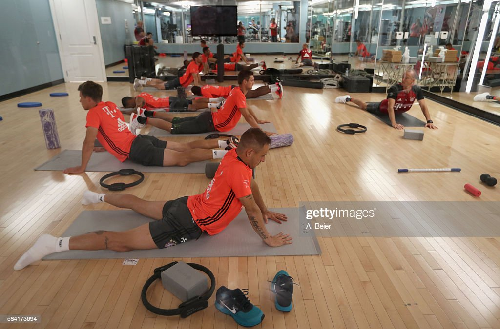 Rafinha, Nicolas Feldhahn, goalkeeper Sven Ulreich, Thiago, David Alaba and Xabi Alonso (bottom-top) of Bayern Muenchen stretch at the gym during a training session during the AUDI Summer Tour USA 2016 on July 28, 2016 in Chicago, Illinois.