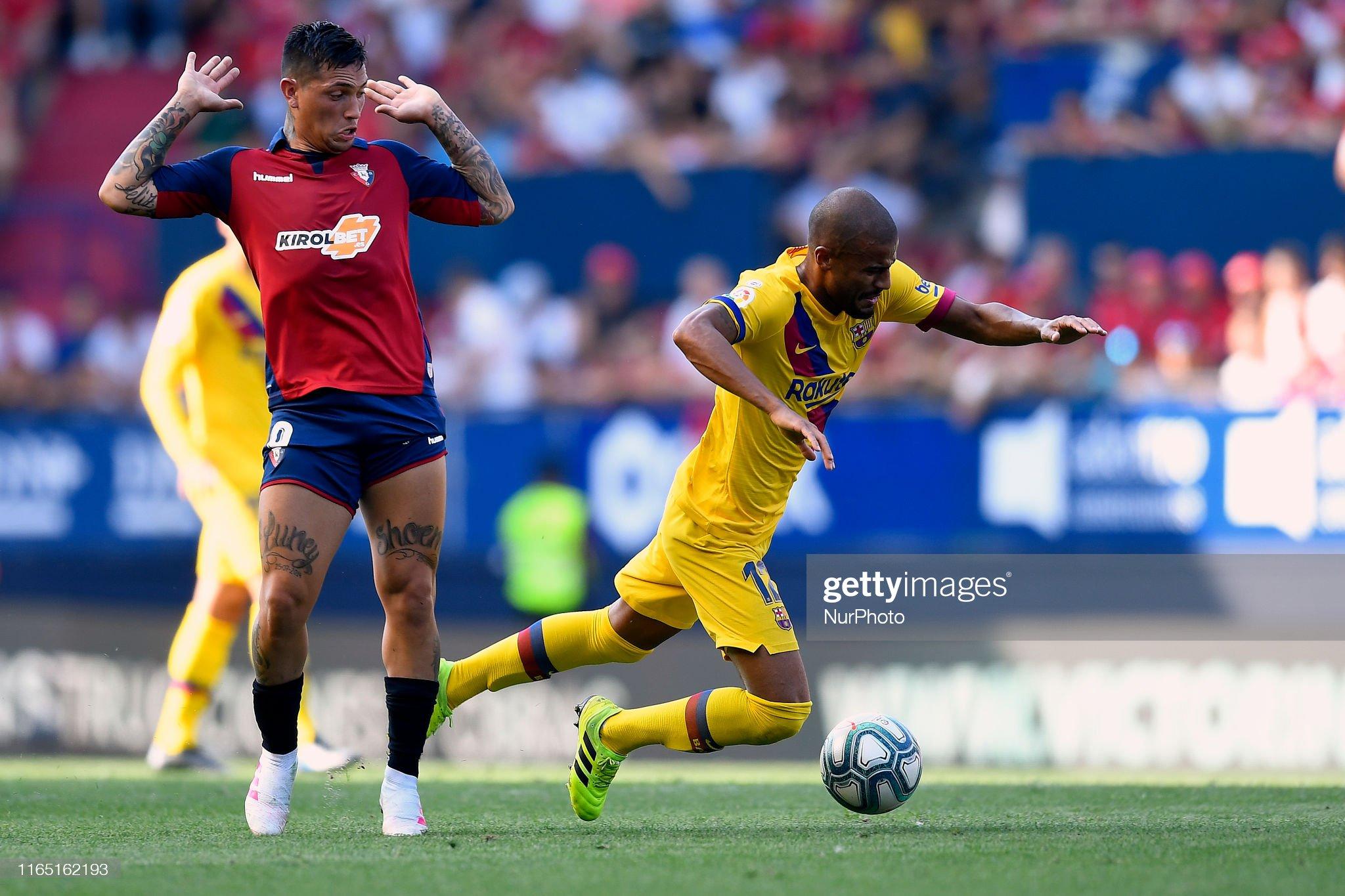 صور مباراة : أوساسونا - برشلونة 2-2 ( 31-08-2019 )  Rafinha-of-barcelona-and-chimy-avila-of-osasuna-competes-for-the-ball-picture-id1165162193?s=2048x2048