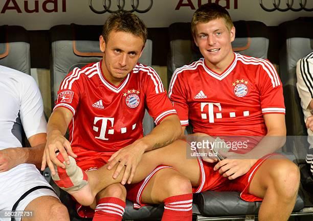 Rafinha prueft den verletzen Fuss von Toni Kroos waehrend des Finalspiels FC Bayern Muenchen gegen Manchester City beim AUDI CUP 2013 am 1 August...