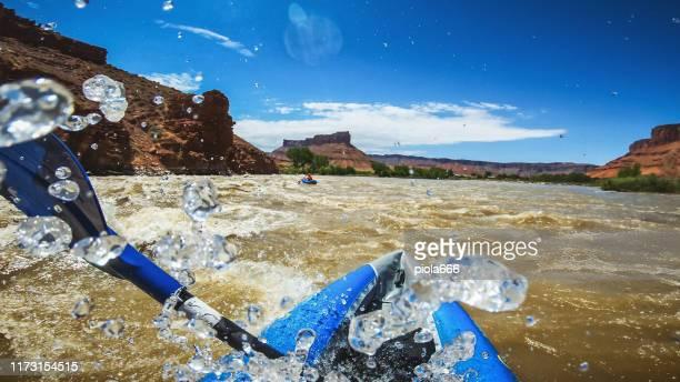 コロラド川のカヤックでpovラフティング, モアブ - ラフティング ストックフォトと画像