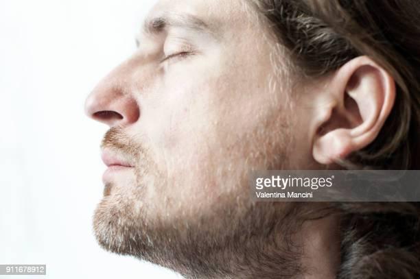 ragazzo di profilo con occhi chiusi - ear stock pictures, royalty-free photos & images