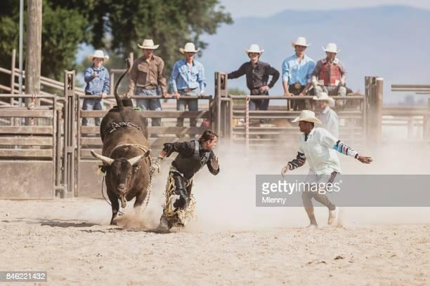 Wie ein wilder Stier jagen Bull Rider Cowboy Rodeo Arena