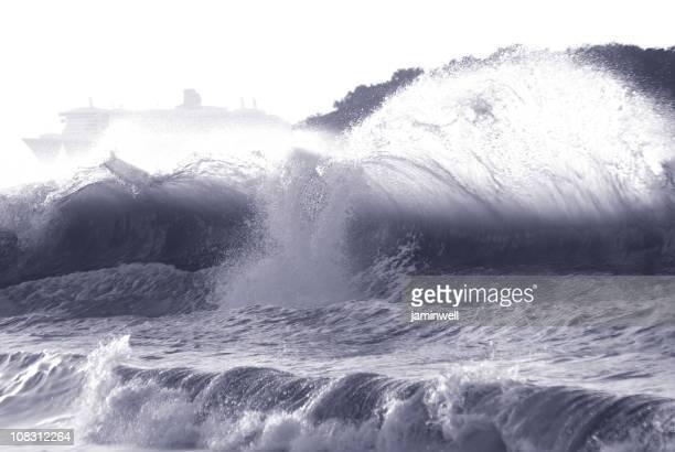 レイジングプラネット強力な波とクルーズ船 - rms クイーン メアリー 2 ストックフォトと画像