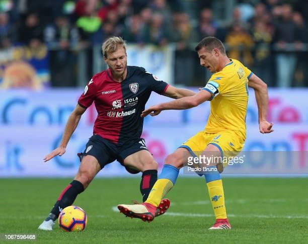 Ragnar Klavan of Cagliari competes for the ball with Daniel Ciofani of Frosinone Calcio during the Serie A match between Frosinone Calcio and...