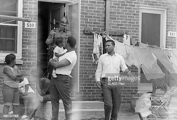 Raid In Plainfield After The Riots In Newark Newark21 Juillet 1967 A Plainfield les fouilles de maisons la recherche de carabines voles par les...