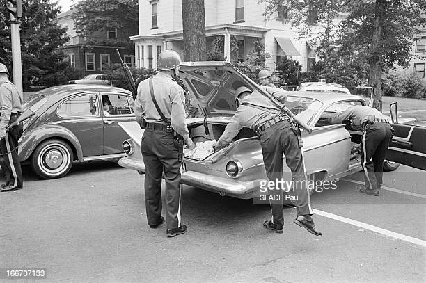 Raid In Plainfield After The Riots In Newark Newark21 Juillet 1967 A Plainfield les fouilles de maisons à la recherche de carabines voéles par les...