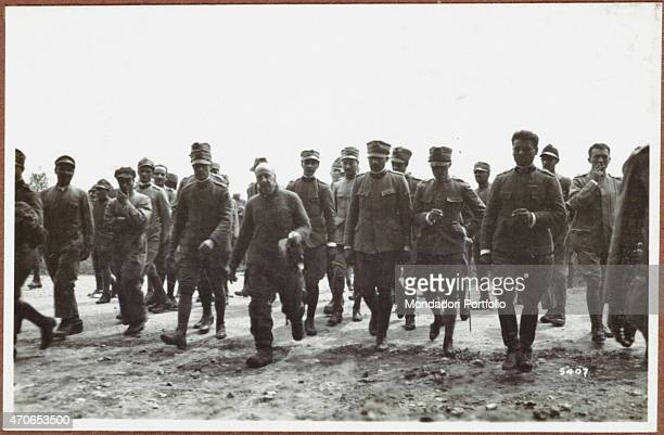 """Raid on Vienna. D'Annunzio is stepped off a plane and is debriefed. August 1918. Gelatine process. Rome, Central Museum of the Risorgimento """""""