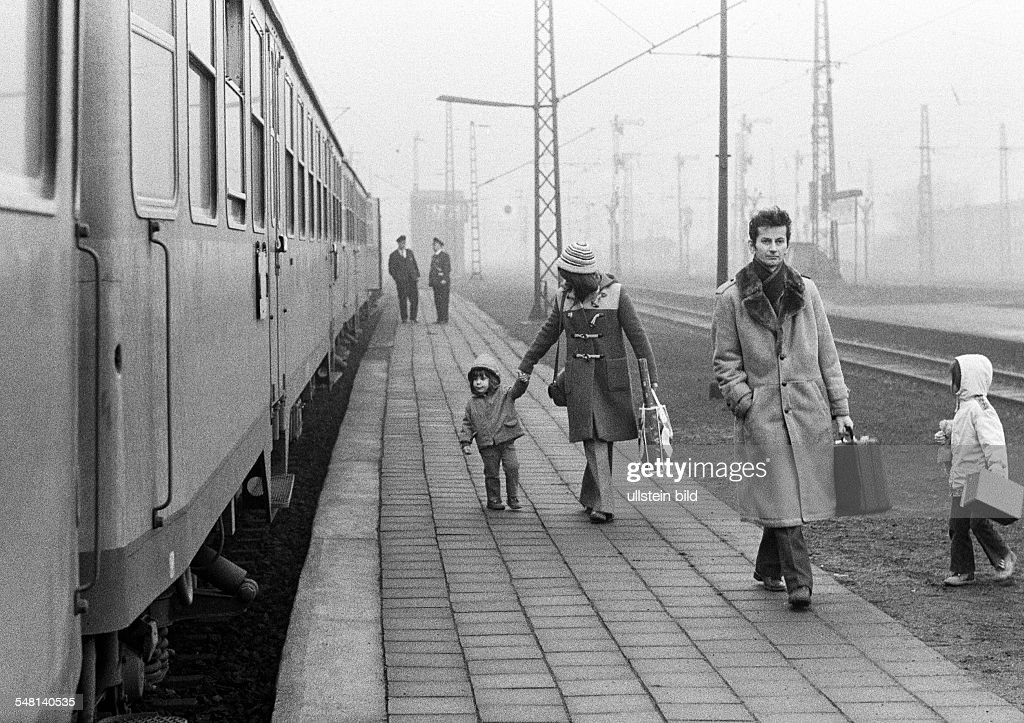 rail traffic, main railroad station Bottrop, young family with two children dismounted the train and walks along the platform to the station exit, aged 25 to 40 years, aged 5 to 7 years, aged 2 to 3 years, D-Bottrop, Ruhr area, North Rhine-Westphalia : News Photo