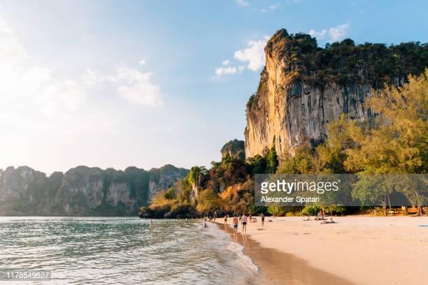 railay beach at sunset, krabi, thailand - railay strand stock-fotos und bilder