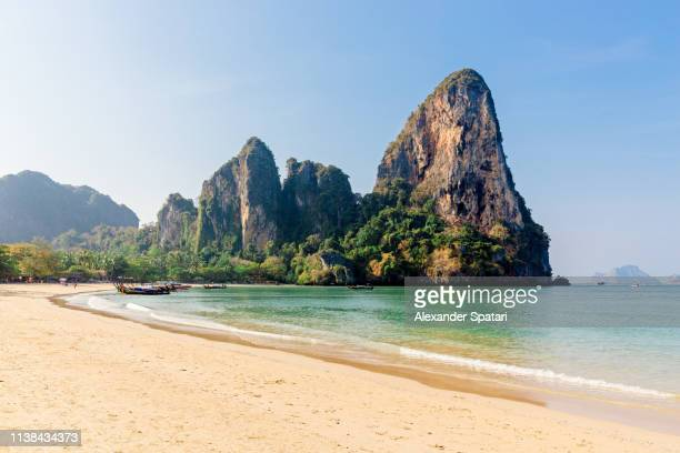 railay west beach surrounded by mountains, krabi province, thailand - idílico fotografías e imágenes de stock