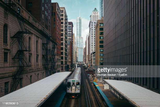 railroad station amidst buildings in city against sky - イリノイ州シカゴ ストックフォトと画像