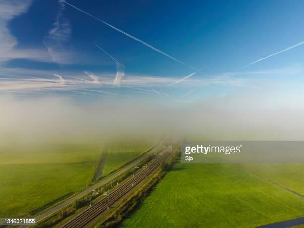 "railroad track hanzelijn through the countryside seen from above - ""sjoerd van der wal"" or ""sjo"" stockfoto's en -beelden"