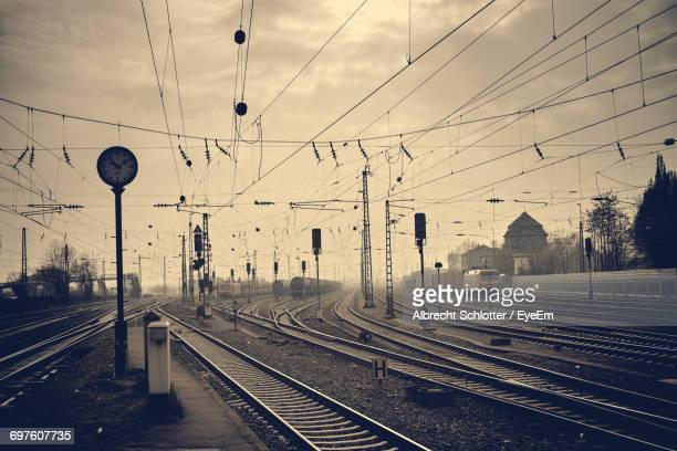 railroad tracks against sky - albrecht schlotter foto e immagini stock