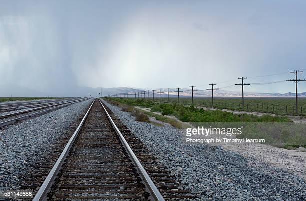 railroad tracks disappearing into the horizon - timothy hearsum fotografías e imágenes de stock