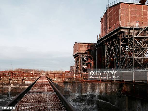 railroad tracks in city - duisburg imagens e fotografias de stock