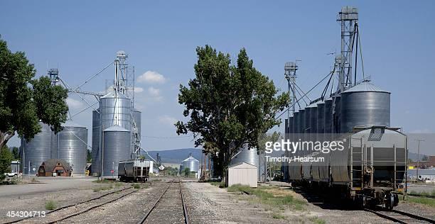 railroad tracks run between silo and rail cars - timothy hearsum stock-fotos und bilder