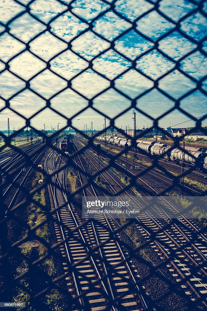 Railroad Tracks Seen Through Chainlink Fence : Stock-Foto