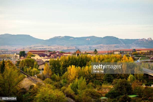 une voie ferrée avec des domaines de haro. rioja. espagne - haro photos et images de collection