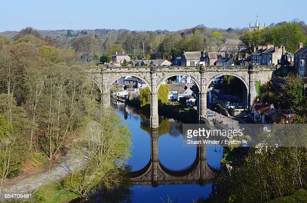 railway bridge over nidd river at knaresborough - ハロゲート ストックフォトと画像