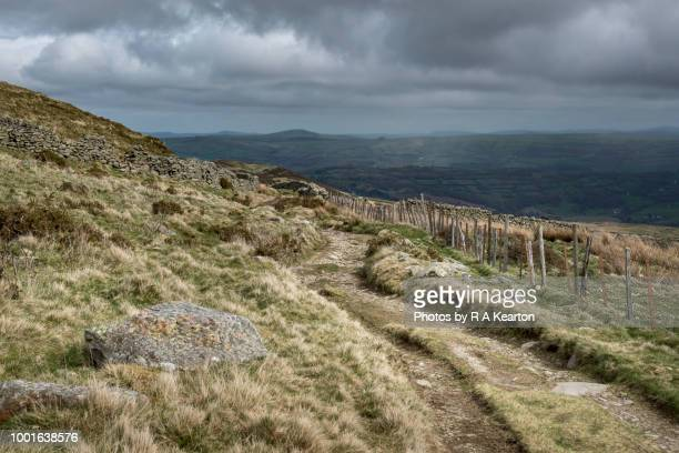 rain clouds in the conwy valley, north wales - pays de galles photos et images de collection