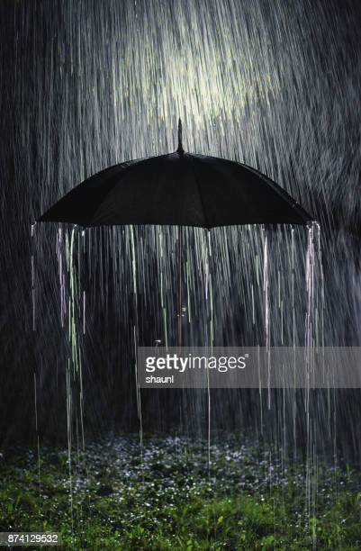 rain down - heavy rain stockfoto's en -beelden