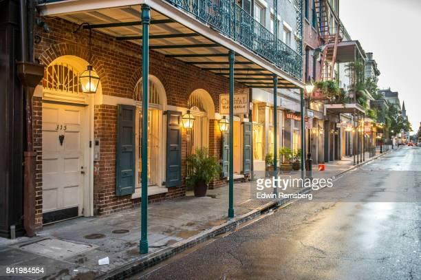 rain soaked - barrio francés fotografías e imágenes de stock