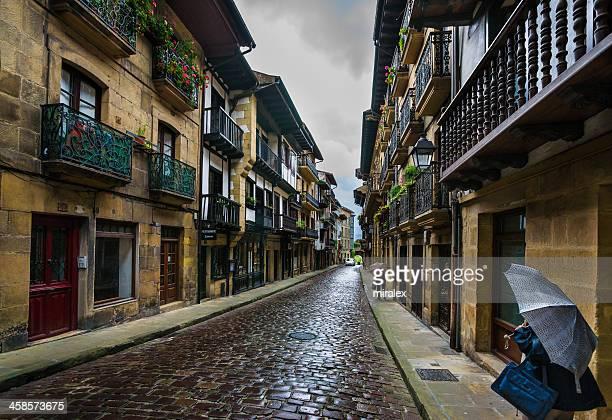 lluvia empapadas street en hondarribia, el país vasco, españa - pais vasco fotografías e imágenes de stock