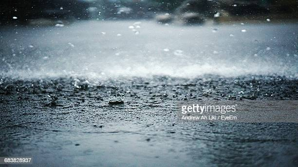 rain splashing on street - heavy rain stockfoto's en -beelden