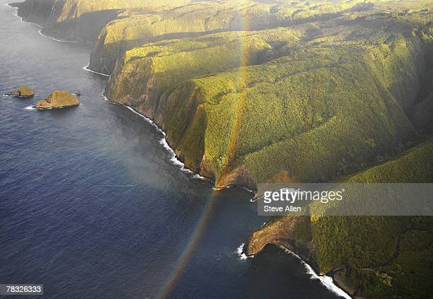 rainbow across waipio valley coast at big island, hawaii - waipio valley stockfoto's en -beelden