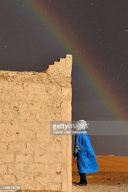 rainbow and rain in desert - berber photos et images de collection