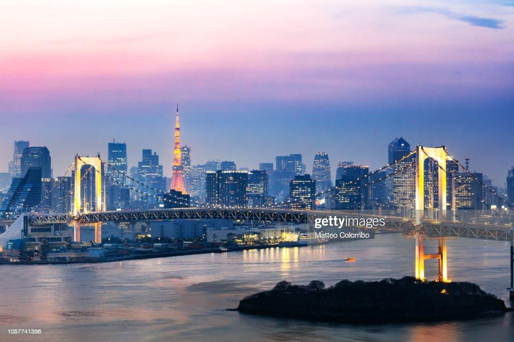 Rainbow bridge and skyline at sunset, Tokyo, Japan : Foto de stock