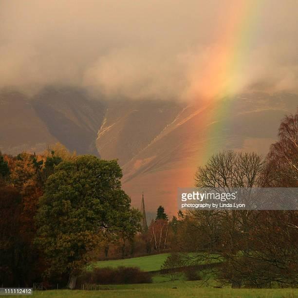 rainbow by skiddaw - derwent water - fotografias e filmes do acervo