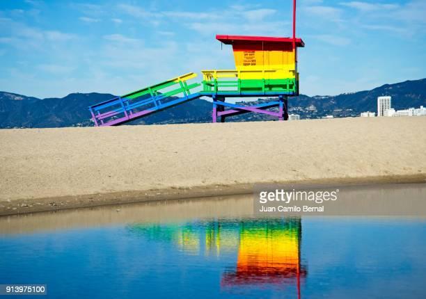 rainbow colored lifeguard tower honoring the lgbtq community on the sand at venice beach, california - strandwächterhaus stock-fotos und bilder