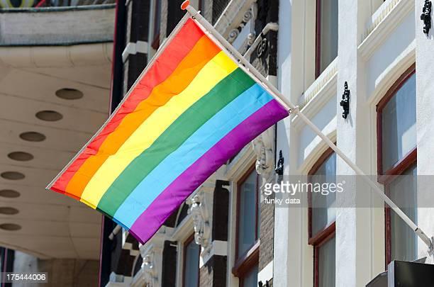 bandera del arco iris - homofobia fotografías e imágenes de stock