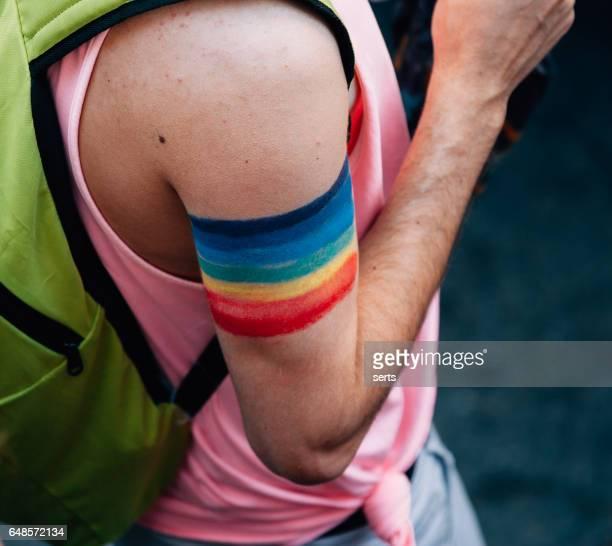 bandera del arco iris señal de brazo - intersexual fotografías e imágenes de stock