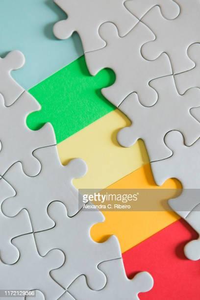 rainbow missing jigsaw puzzle pieces - inachevé photos et images de collection