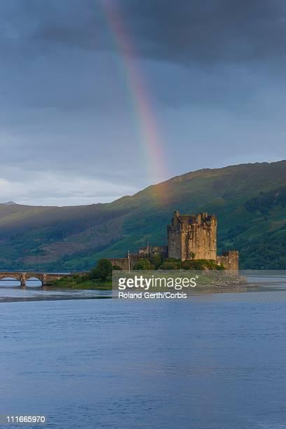 rainbow over eilean donan castle, scotland - cultura escocesa imagens e fotografias de stock