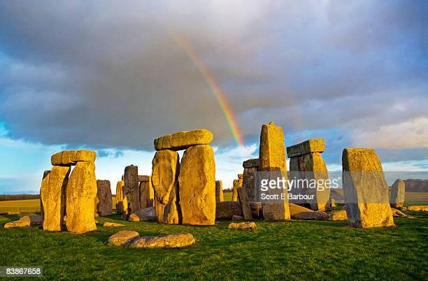 rainbow over stonehenge - unesco welterbestätte stock-fotos und bilder