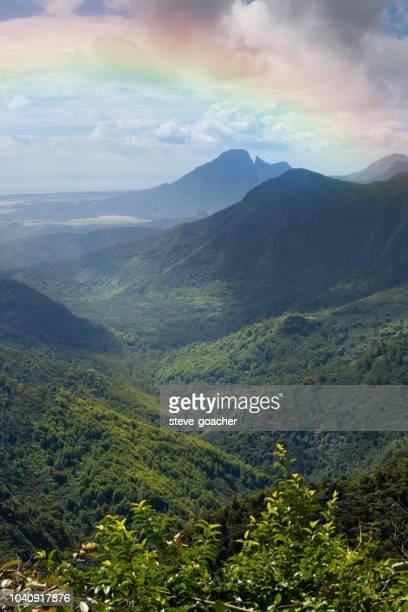 regenboog over het black river gorges national park in mauritius. - nationaal monument beroemde plaats stockfoto's en -beelden