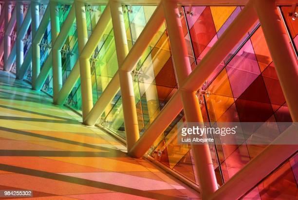 rainbow pathway at mia - aeropuerto internacional de miami fotografías e imágenes de stock