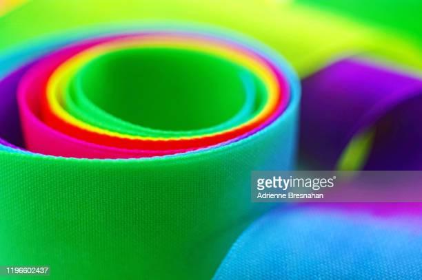 rainbow ribbon - gymnastique douce photos et images de collection
