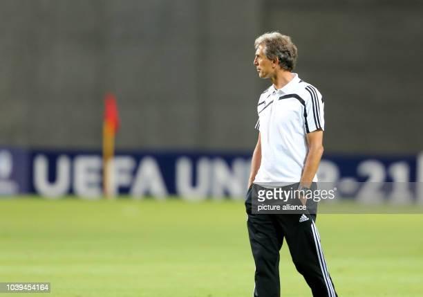 Rainer Adrion Trainer der U21 Nationalmannschaft schaut am beim Abschlusstraining der deutschen U 21FußballNationalmannschaft im HaMoshava Stadion in...