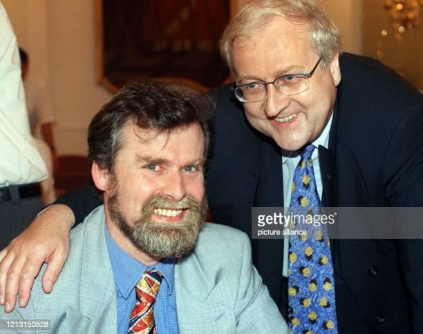 Rainer Brüderle der Landesvorsitzende der rheinlandpfälzischen FDP legt am 3081999 während des kleinen Parteitages der FDP in Mainz lächelnd den Arm...
