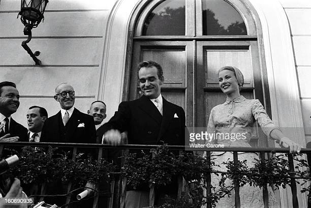 Rainier And Grace The Civil Marriage Attitude souriante du prince RAINIER et de la princesse GRACE posant sur un balcon après la cérémonie du mariage...