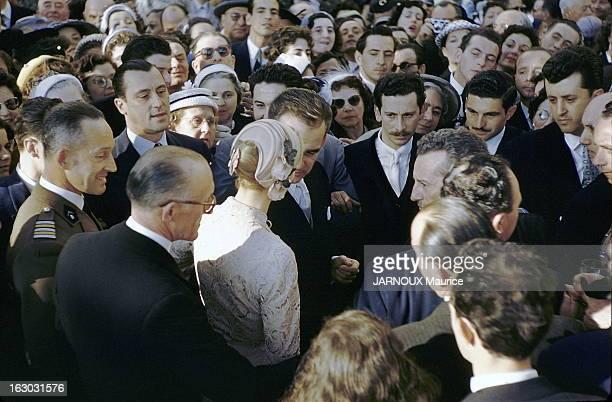The Civil Marriage La princesse GRACE et le prince RAINIER discutant entouré d'une foule de personnes dans la cour du palais