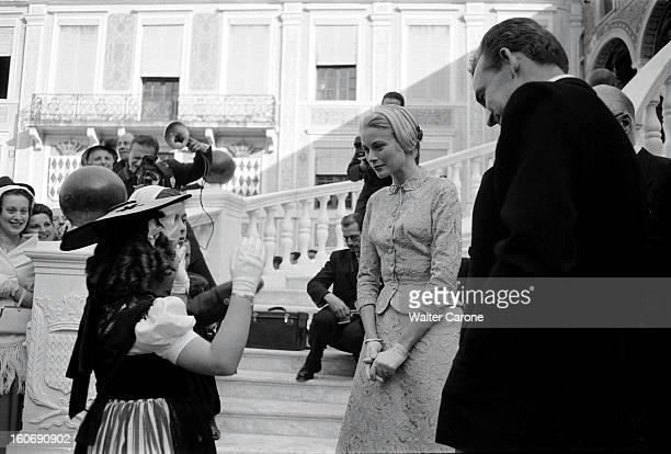 Rainier And Grace The Civil Marriage Le prince RAINIER et la princesse GRACE discutant avec deux enfants vêtus du costume foklorique monégasque dans...