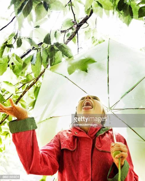 raining - gabardina ropa impermeable fotografías e imágenes de stock