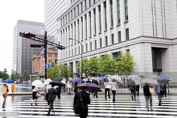 雨の通勤者