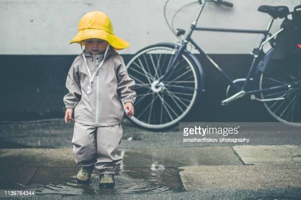 rainy copenhagen - selandia fotografías e imágenes de stock